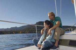 par som tycker om sommarsemester på yacht foto