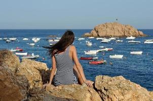 ung kvinna njuter av havsutsikt foto