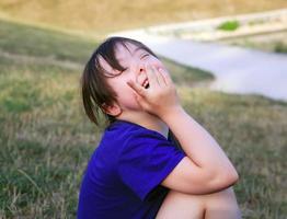 liten flicka njuta av i parken foto