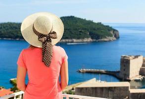 ung kvinna njuter av utsikt över Dubrovnik foto