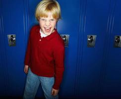 porträtt av en stygg pojke njuter av aganist skåp foto