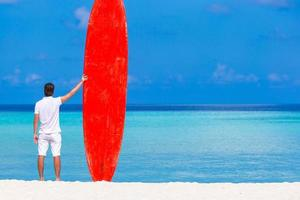 ung man njuter av sommarsemester på tropisk strand foto