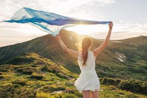vacker kvinna känner frihet och njuter av naturen foto