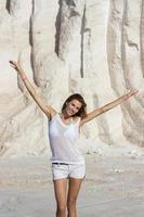 kvinna njuter av sommarsolen foto