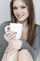 kvinna njuter av ett kaffe foto