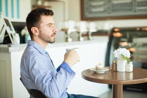 tänker och njuter av kaffe foto