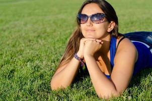 kvinna njuter av solskenet foto