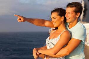 älskande par njuter av kryssning foto