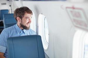man njuter av sin flygning foto