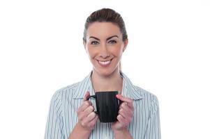 vacker dam njuter av kaffe foto