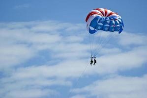 parasailers njuter av en åktur foto