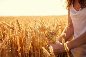 vacker flicka njuter av naturen foto