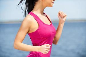 njuter av hennes dagliga jogga. foto