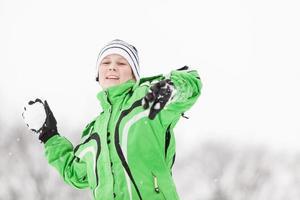 ung pojke njuter av det kalla vintervädret foto