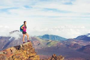 kvinna vandrare i bergen njuter utomhus foto