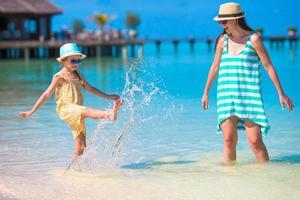 mamma och dotter som njuter av tiden på den tropiska stranden