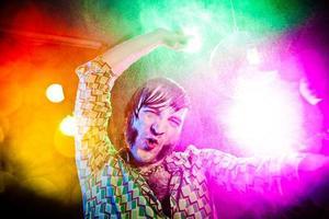 disco dans vintage man skriker medan du njuter av fest foto
