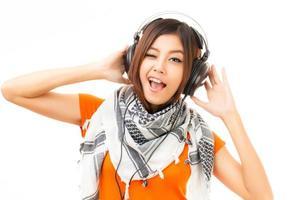 asiatisk kvinna och hörlurar