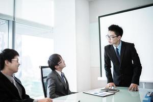 affärsman som ger en presentation till sina kollegor foto