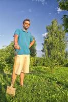 gräva en grönsaksträdgård foto