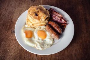 frukost med pannkakor och bacon