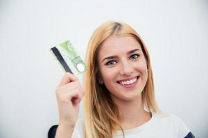 ung flicka håller bankkort foto