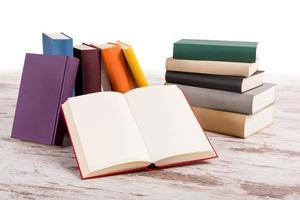 hög med olika böcker med en öppen foto