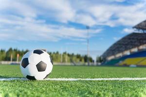 fotboll på vit linje foto