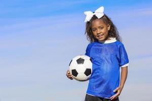 ung afrikansk amerikan flicka fotbollsspelare med kopia utrymme foto