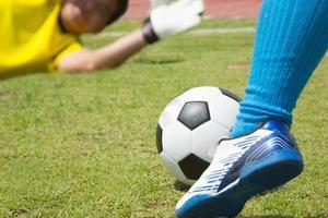 attackera fotbollsspelare som skjuter till försvarsteamet foto