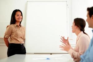 ung asiatisk busskvinna under ett möte