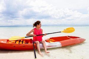vacker flicka med resor och semester på stranden njuter foto