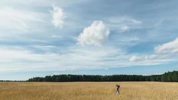 flicka i ett vetefält foto