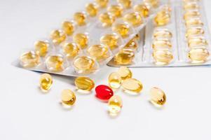 förpackningar med medicinska piller och tabletter foto