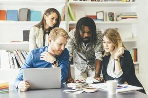 brainstorming-händelse mellan kollegor på jobbet foto