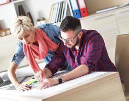 unga designers som arbetar med ett nytt projekt i office. foto