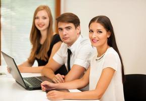 grupp affärsmän som söker efter lösning med brainstorming foto