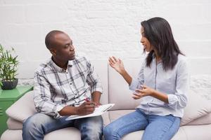 kvinna sitter medan terapeuten tittar på henne foto
