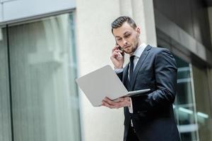 lösning. säker och framgångsrik affärsman som pratar på ph foto