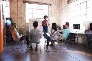 grupp av designers som har brainstorming session på kontoret foto