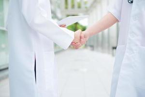 läkare som skakar hand foto