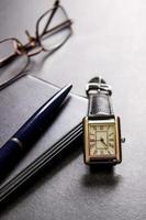 anteckningsbok, penna och glasögon foto