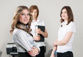vacker affärskvinna ler på kontoret foto