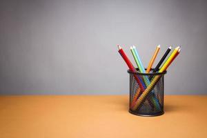 bunt med färgpennor foto