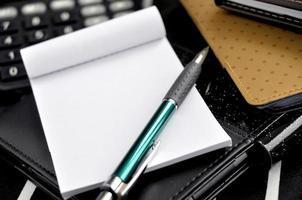närbild penna på anteckningar foto