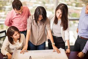 grupp arkitekter på jobbet foto