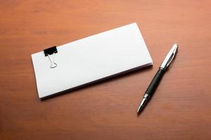 papper och penna på bordet foto