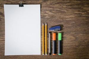 papper och blyertspennor på träbordet. närbild. foto