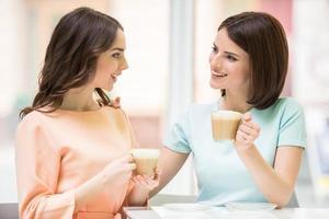 flickor dricker kaffe foto