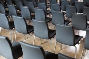 stolar i presentationshallen foto